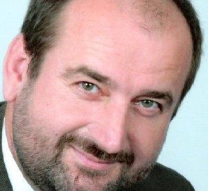 Peter Švec je bývalý vojenský pilot, ktorý prešiel do civilnej dopravy. V súčasnosti je kapitánom Boeningu-737.