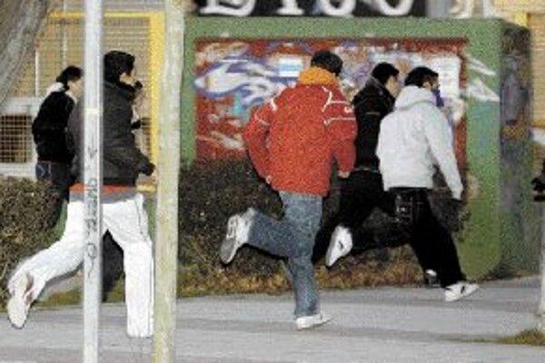 Týždeň po bitke. Mladí muži prichádzajú demonštrovať na madridskom predmestí Alcorcón.