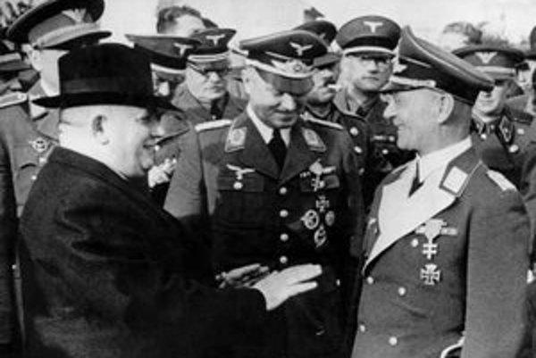 Jozef Tiso v rozhovore s generálom Luftwaffe Hirschbauerom pri príležitosti Dňa priateľstva v zbrani nemeckých a slovenských letcov v Piešťanoch 15. októbra 1939.