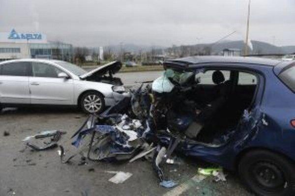 Pri Dubnici sa zrazili štyri autá.