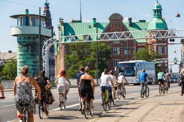 Dáni prežijú veľkú časť svojho života na bicykli. Jazdia vkaždom počasí abez ohľadu na vek. Aj to vraj prispieva kich šťastným povahám.