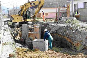 Budovanie kanalizácie v Kameničanoch.