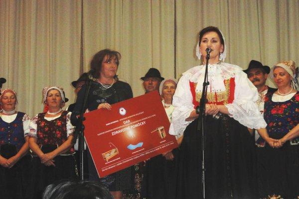 Šek si od prezidentky Homo Nitriensis Margity Štefánikovej prevzala Anna Maťová, riaditeľka Správy zariadení sociálnych služieb v Nitre.