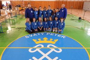 Spoločná fotografia výpravy ŠSK Hôrky na majstrovstvách, ktoré sa konali v obci Svätý Peter.