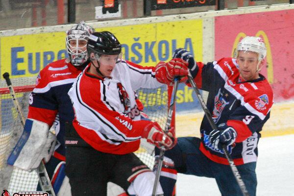 Kirill Domaev a Milan Takáč v súboji pred Stanislavom Škorvánkom.