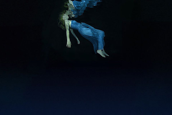 Kapela Suede prišla do Rotterdamu predstaviť film, ktorý vznikol podľa ich rovnomenného albumu Night Toughts. Toto je jeho vizuál.