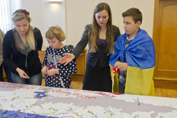 Na Slovensko pricestovalo 30 detí z Ukrajiny. Spolu so slovenskými deťmi predstavili projekt Deti za mier.