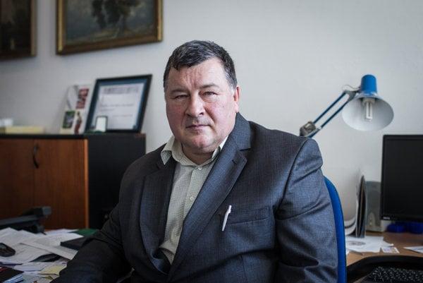 Vladimír Krčméry je odborníkom na tropické choroby, od 90. rokov sa venuje rozvojovej pomoci. Zakladal a do roku 2013 ako rektor viedol Vysokú školu zdravotníctva a sociálnej práce svätej Alžbety.