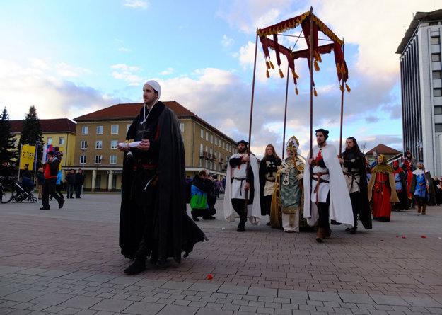 Arcibiskup Vanča sa chystá udeliť Svätému Krížu mestské práva.
