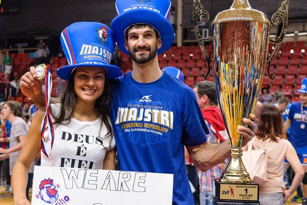 Marcilio s manželkou Aline Cattabriga Andriao a majstrovským pohárom.