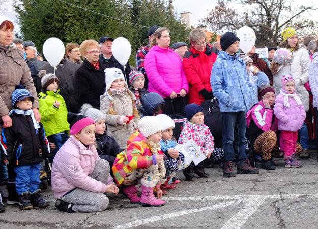 Deťom rozdávali vlajočky a balóny.