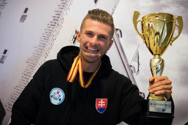 Šťastný David Hmelař strofejou určenou pre majstra Slovenska.