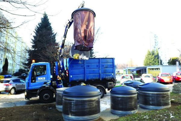 Nové kontajnery vyprázdňujú pomocou hydraulickej ruky.