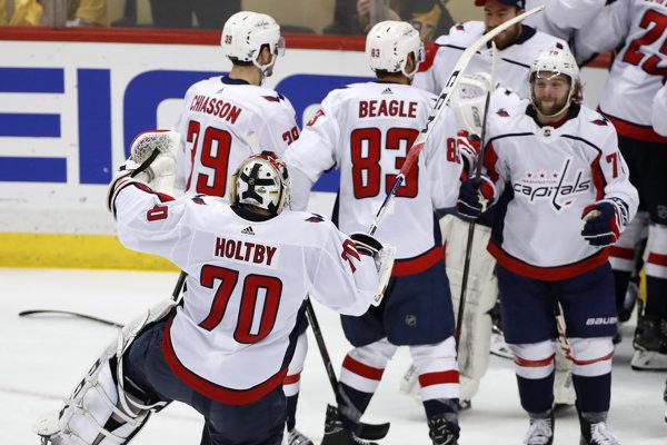 Hokejisti Washingtonu sa radujú z víťazstva.