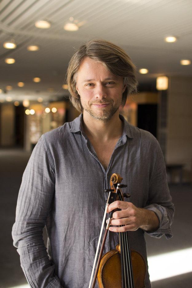 Daniel Rowland zo súboru Brodsky Quartet v budove Slovenského rozhlasu.