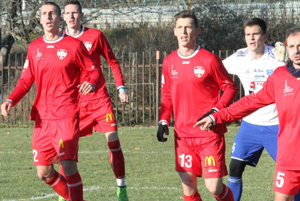 Snímka zo zápasu so Znojmom - v červenom zľava M. Kolmokov, Balaj, Kotrík a celkom vpravo Pavlenda, ktorý je v Nitre na skúške.