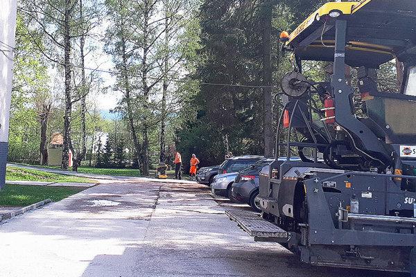 Starý apoškodený asfalt treba najskôr stiahnuť. Na jeho miesto príde nový.
