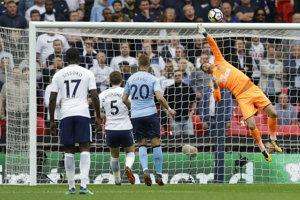 Slovenský brankár Martin Dúbravka zasahuje v stretnutí proti Tottenhamu.