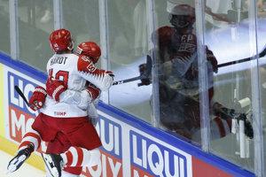 Hokejisti Dánska sa tešia počas zápasu s Fínskom, v ktorom napokon nečakane zvíťazili 3:2.