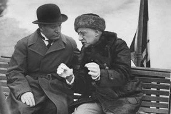 Slávny básnik (vpravo) v rozhovore s vodcom fašistov Benitom Mussolinim.
