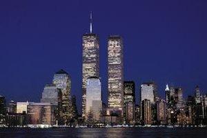 """Dve veže dvojičiek dominovali Manhattanu až do teroristického útoku v roku 2001. Architekt Yamasaki sa dočkal kritiky za ich údajne """"nudný"""" dizajn."""
