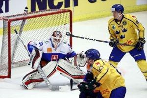 Švédsky hokejista Carl Klingberg strieľa gól Slovákom v zápase Euro Hockey Challenge.
