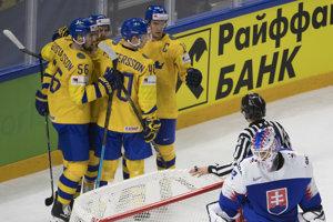 Švédski hokejisti sa tešia z gólu do siete Patrika Rybára.