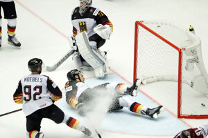Nemeckí hokejisti inkasujú jeden z gólov.