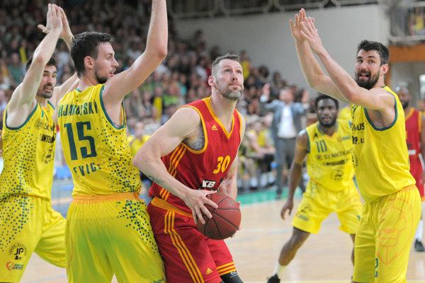 Peter Sedmák z KB Košice (uprostred) počas piateho zápasu finále play-off Slovenskej basketbalovej ligy (SBL) mužov.