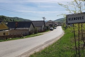 Jánošíkova ulica v Klenovci v okrese Rimavská Sobota smerom od Skorušiny