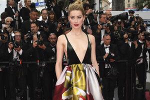 Amber Heardová pózuje fotografom na červenom koberci počas príchodu na premiéru filmu Sorry Angel.
