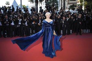 Herečka Helen Mirren prichádza v róbe z modrého zamatu s výraznými rukávmi na premiéru filmu Girls of The Sun.