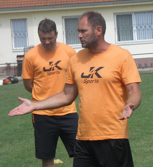 Tréner Szilárd Kantár rozdáva rady .