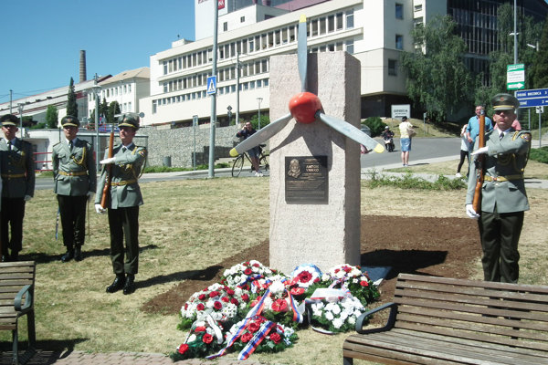Pamätník stojí v parčíku v centre obce.