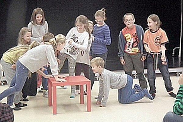 Herci si s úlohou dokázali výborne poradiť. Prezentácia básne sa všetkým páčila.