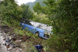 Autobus skončil v priekope.