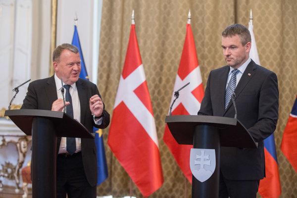 Predseda vlády Dánskeho kráľovstva Lars Lokke Rasmussen a predseda vlády SR Peter Pellegrini počas prijatia predsedu vlády Dánskeho kráľovstva na Úrade vlády SR.