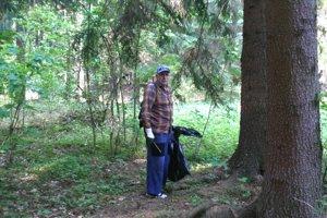 V lese upratoval aj 73-ročný Emil Rusko.