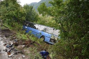 Havarovaný autobus dnes odstránia.