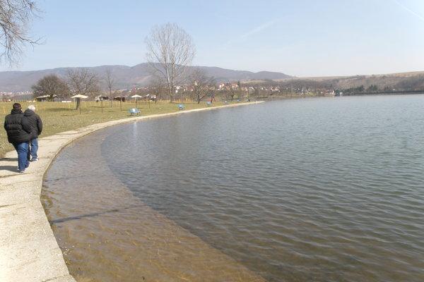 Chata sa nachádza pri vodnej nádrži v Nitrianskom Rudne.