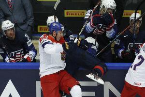 Český hokejista Dmitrij Jaškin (vľavo) v súboji s Američanom Dylanom Larkinom.