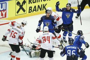 Fínski hokejisti sa radujú z úvodného gólu do siete Švjačiarska.