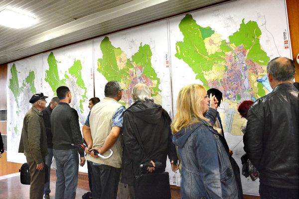 Vo vestibule ukázali občanom oba varianty konceptu nového plánu.