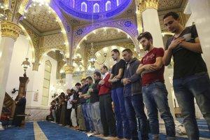 Moslimovia počas motlidieb v mešite.