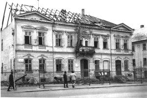 Búranie Jonášovho domu.