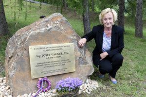 Dcéra Lenka Vágnerová pri pamätnej tabuli svojho otca v košickej zoo.