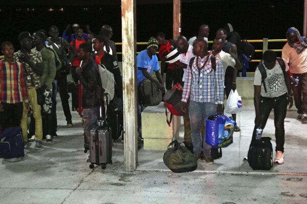 Migranti prichádzajú do prístavu v severobrazílskom meste  Sao Jose de Ribamar.