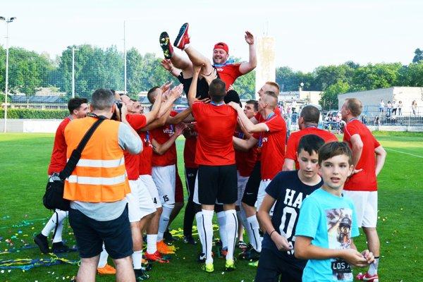 Maroš Šarmír (jeden z dvojice trénerov ŠKF) si zalietal nad hlavami svojich zverencov.