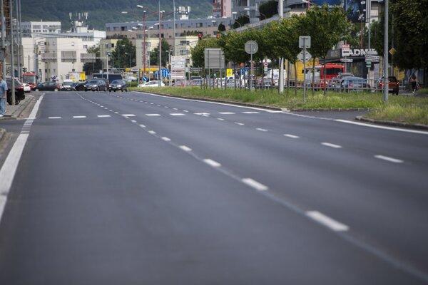 Nový asfaltový povrch na Bajkalskej ulici.