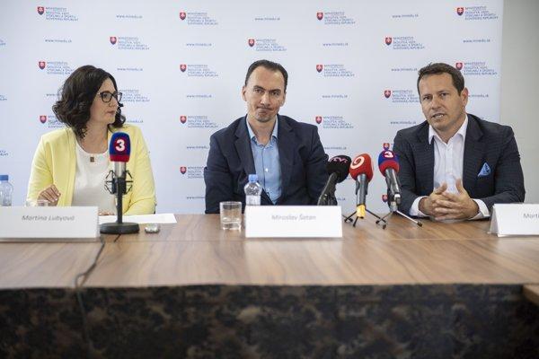 Zľava ministerka Martina Lubyová, v strede generálny manažér reprezentácie Miroslav Šatan a vpravo Martin Kohút, prezident SZĽH.